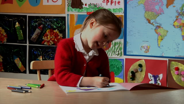 kind zeichnung ein bild - grundschule stock-videos und b-roll-filmmaterial