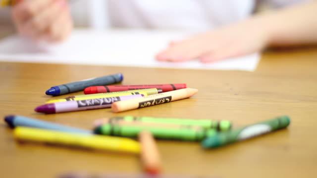 bambini a scuola in aula di disegno - matita colorata video stock e b–roll