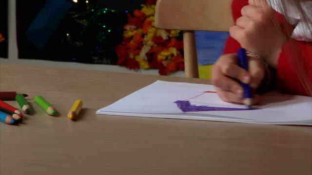 kind zeichnung - grundschule stock-videos und b-roll-filmmaterial