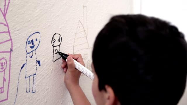 ребенка рисунок стена - kids drawing стоковые видео и кадры b-roll