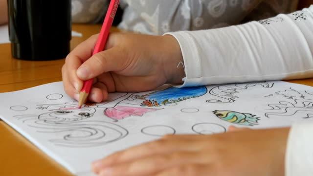 아동 연필으로 유치원에 그립니다. - kids drawing 스톡 비디오 및 b-롤 화면