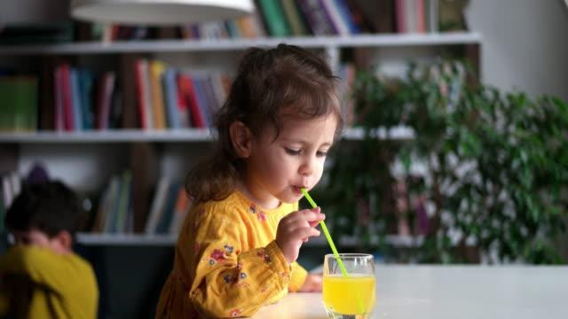 kind trinkt orangensaft - orangensaft stock-videos und b-roll-filmmaterial