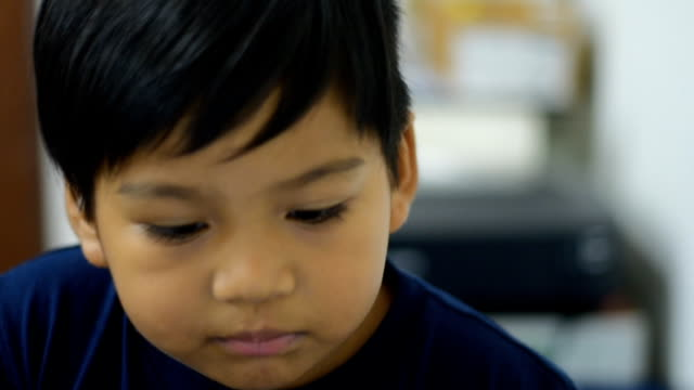 Child Eat snacks video