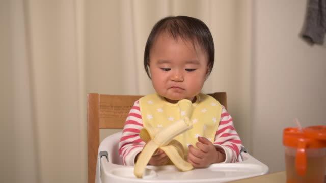 バナナを食べる子供 - バナナ点の映像素材/bロール