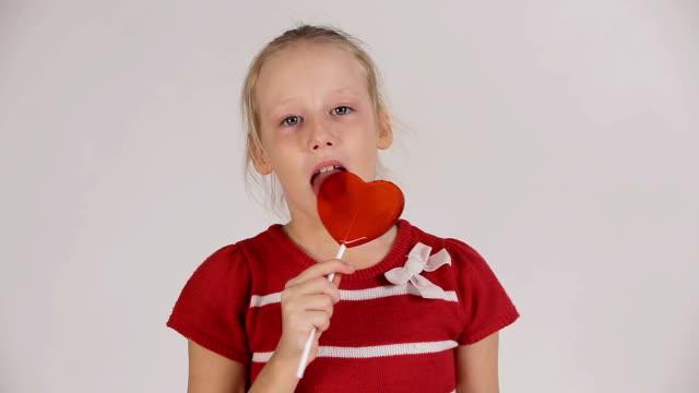 孩子吃棒棒糖 - 波板糖 個影片檔及 b 捲影像