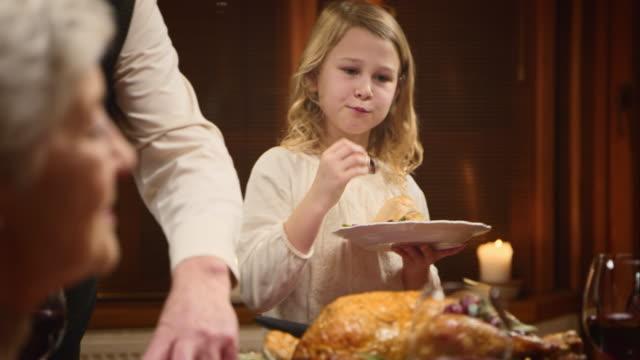 vídeos y material grabado en eventos de stock de niños disfrutando de su thanksgiving turkey porción su granddad sirve su - thanksgiving turkey
