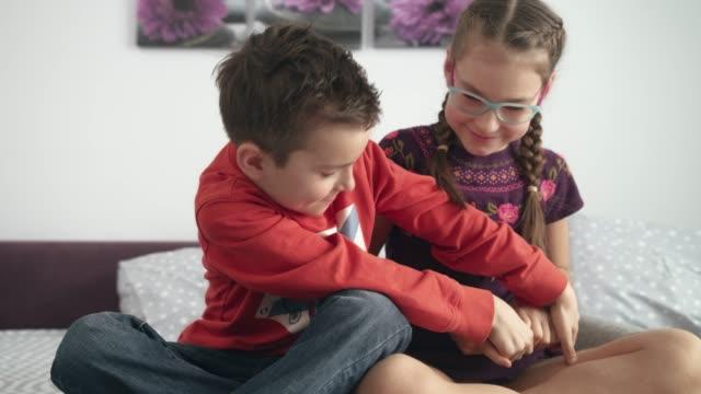 子供は自宅の携帯ガジェットのために戦います。子供のスマート フォンの戦い - 兄弟姉妹点の映像素材/bロール