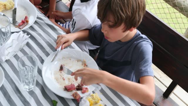 barn efter behandling tallrik med mat - empty plate bildbanksvideor och videomaterial från bakom kulisserna