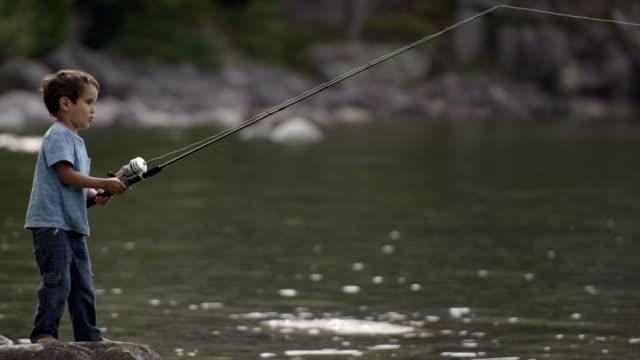 bambini di pesca bass - riserva naturale parco nazionale video stock e b–roll