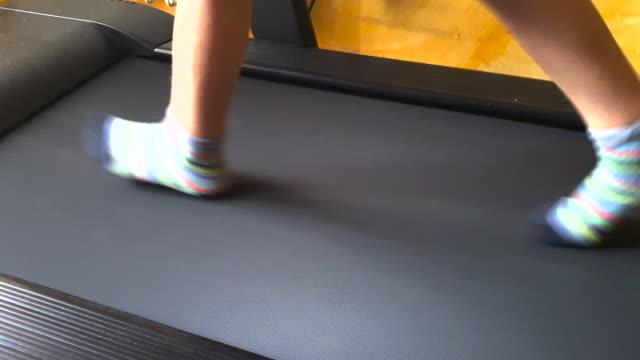 Child foots run on treadmill
