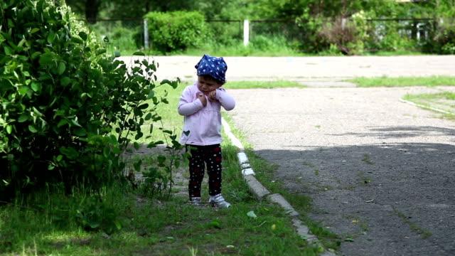 Child get scared of swinging bush video