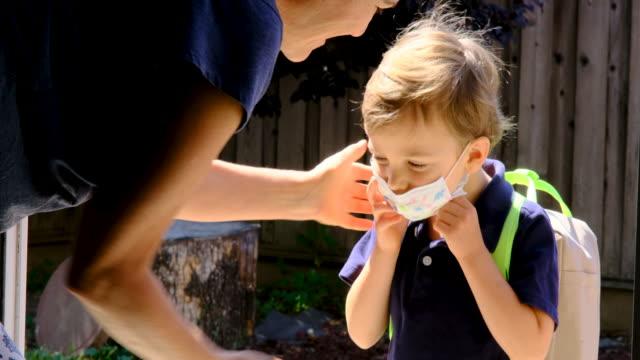 vídeos de stock e filmes b-roll de child getting ready to go to school in pandemic times - pai solteiro