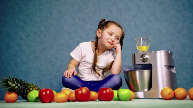 barn flicka dricka glas färsk apelsinjuice - endast flickor bildbanksvideor och videomaterial från bakom kulisserna