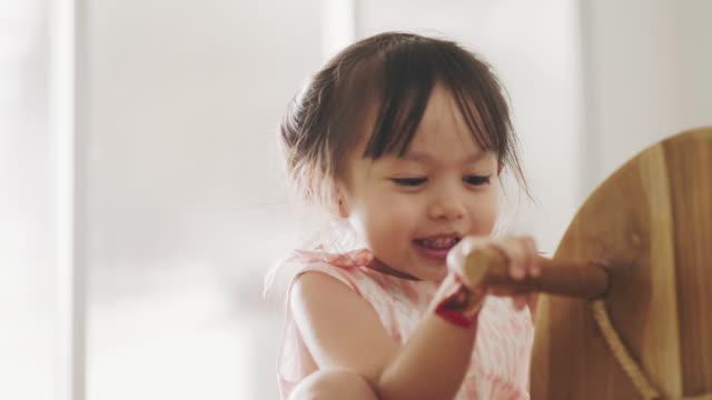 vídeos de stock e filmes b-roll de child girl is open dirty mouth while eating chocolate - boca suja