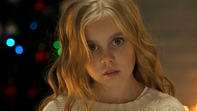 barnet håller ut hand till kamera, begreppet hjälp eller föräldralösa antagandet vid jul - saknad känsla bildbanksvideor och videomaterial från bakom kulisserna