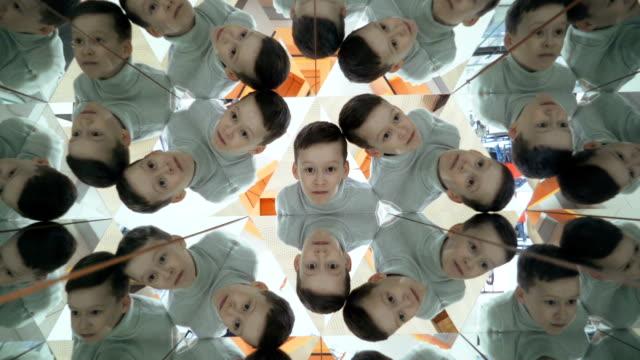 Niño en un túnel de caleidoscopio. - vídeo