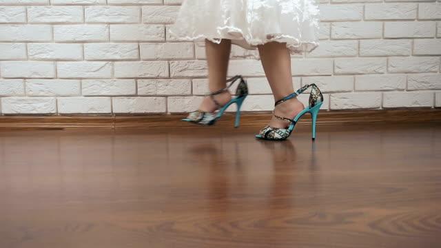 vídeos de stock, filmes e b-roll de uma criança em sapatos para mulheres - salto alto