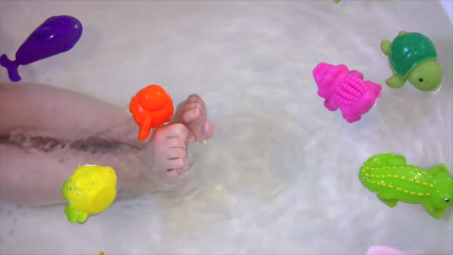 stockvideo's en b-roll-footage met child in the bath with toys - speelgoed