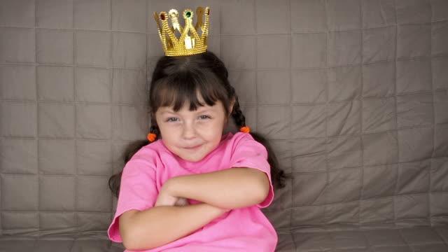 vidéos et rushes de un enfant dans la couronne. - couronne reine