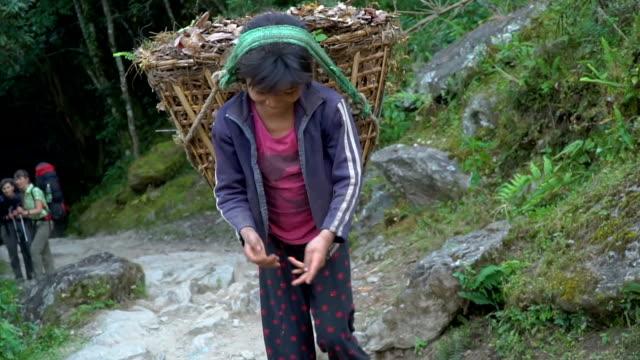 子供はポーター - ネパール人点の映像素材/bロール
