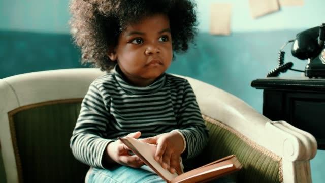 L'enfant lit un livre - Vidéo