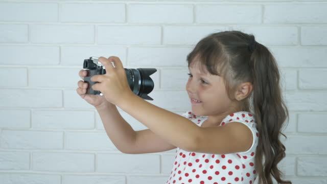 çocuk kamerada selfie çeksin. - dijital yerli stok videoları ve detay görüntü çekimi