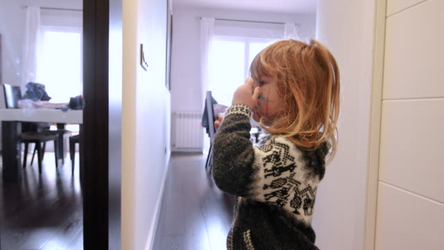 自宅に彼女の顔を描く子 ビデオ
