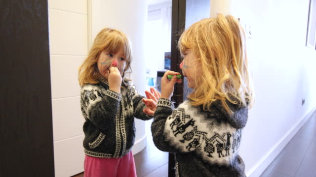 鏡を見て顔を絵子 ビデオ