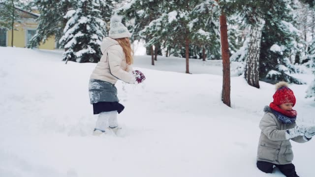 Child play outdoors in snow