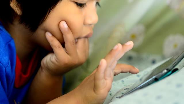 child play smartphone - dijital yerli stok videoları ve detay görüntü çekimi