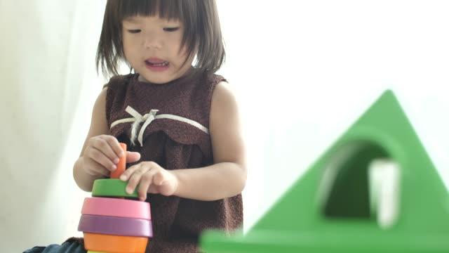stockvideo's en b-roll-footage met kind spelen blok speelgoed - baby toy