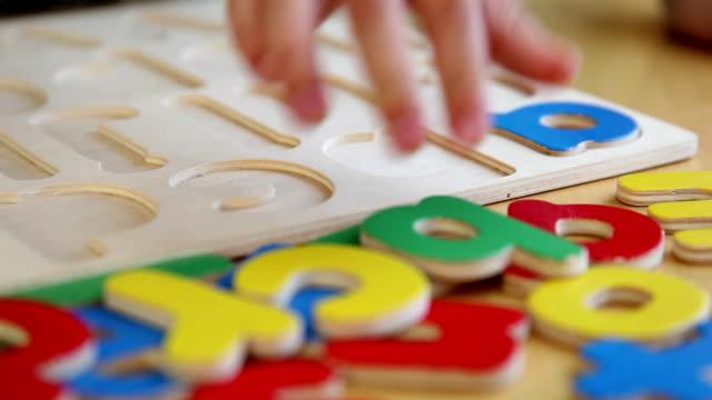 Bambino giocano con alfabeto lettere (Full HD - video