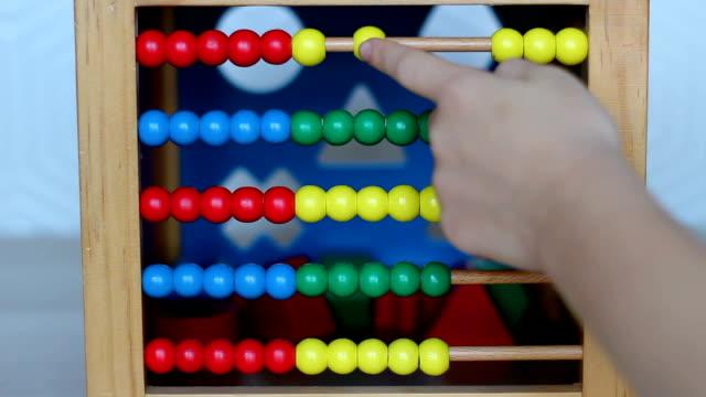 barn leker med trä abacus - abakus bildbanksvideor och videomaterial från bakom kulisserna