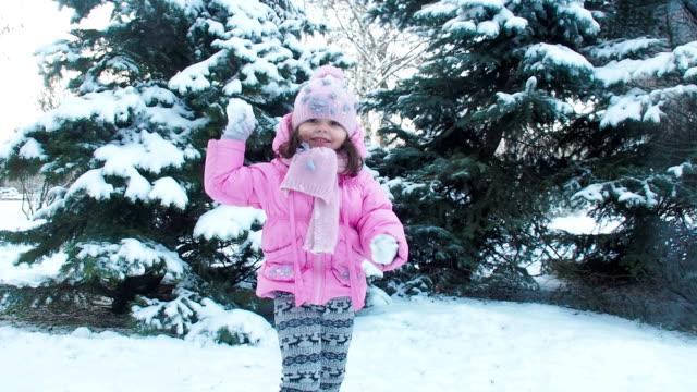 ett barn leker med snöbollar. - snow kids bildbanksvideor och videomaterial från bakom kulisserna