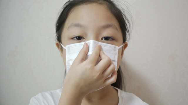child protect yourself from the china coronavirus with masks - 8 9 anni video stock e b–roll