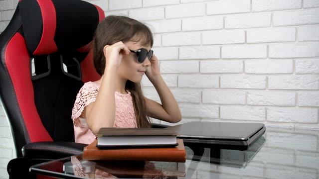 kind pinhole brille aufsetzen. - verbogen stock-videos und b-roll-filmmaterial