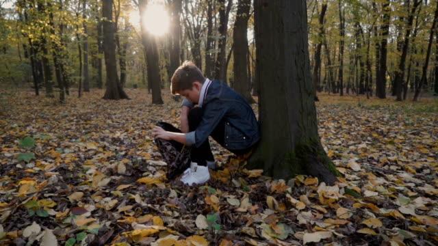 barn läser sin anteckningsbok i skogen - linjerat papper bakgrund bildbanksvideor och videomaterial från bakom kulisserna
