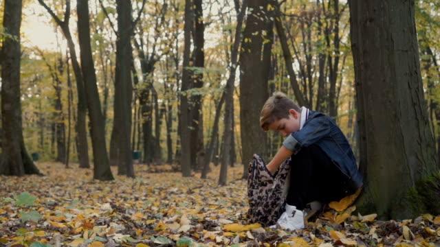 barn läser i skogen höst - linjerat papper bakgrund bildbanksvideor och videomaterial från bakom kulisserna