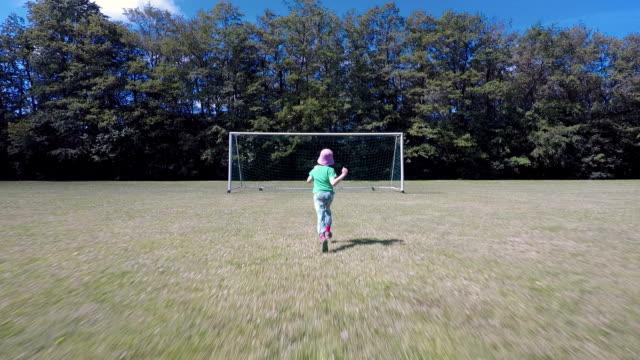 vídeos de stock e filmes b-roll de child running to football goal - campeão soccer football azul