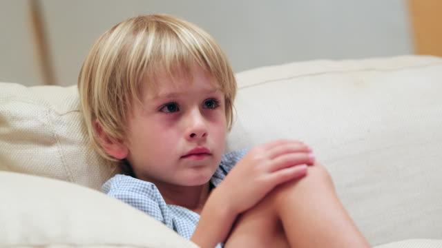 barn sittande på soffan på kvällen tittar på film - förskoleelev bildbanksvideor och videomaterial från bakom kulisserna