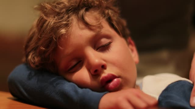 vídeos de stock e filmes b-roll de child sleeping. real life authentic moment of father putting his 6 year old son to bed. exhausted kid is carried to bed while asleep - dormir