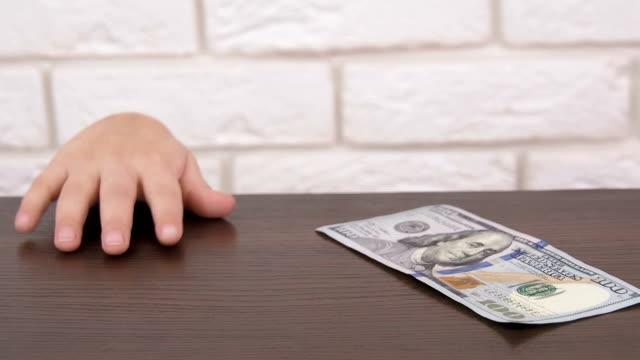 子供がお金を盗む - テーブル点の映像素材/bロール
