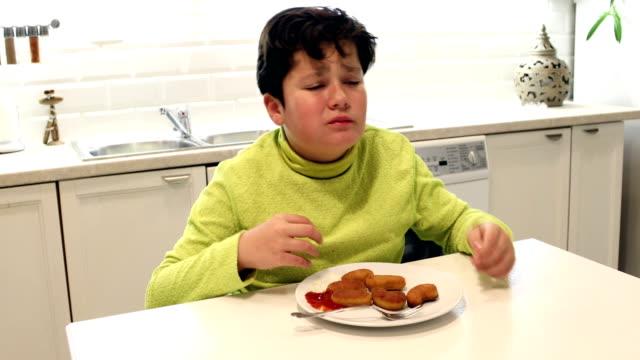 vídeos de stock, filmes e b-roll de criança que sofre da dor abdominal - junk food