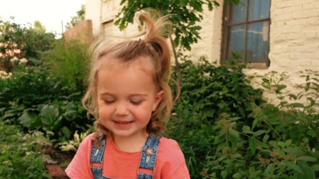 kind zieht schutzmasken aus - entfernt stock-videos und b-roll-filmmaterial