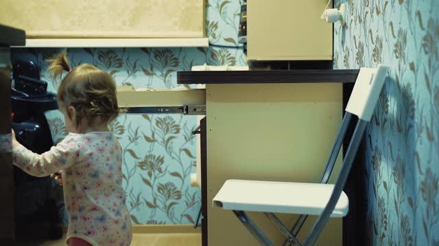 stockvideo's en b-roll-footage met kind neemt een keramisch mes van de tafel - gefabriceerd object