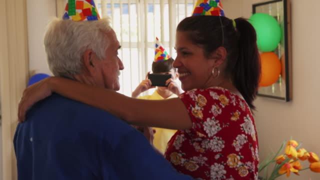 barn tar foto av glad mamma och morfar dans - latino music bildbanksvideor och videomaterial från bakom kulisserna