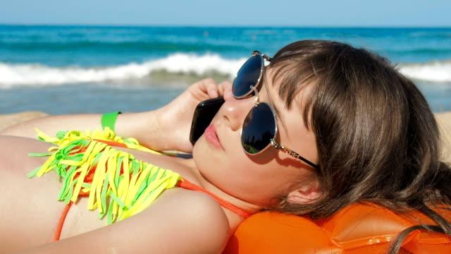 çocuk alarak güneşlenmek. - dijital yerli stok videoları ve detay görüntü çekimi
