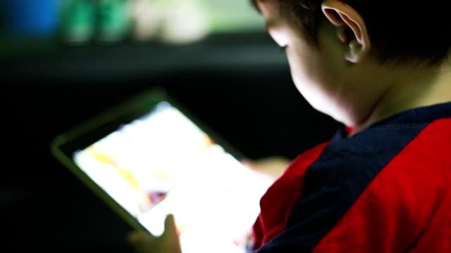 vídeos y material grabado en eventos de stock de hijo usando una tableta digital - píldoras