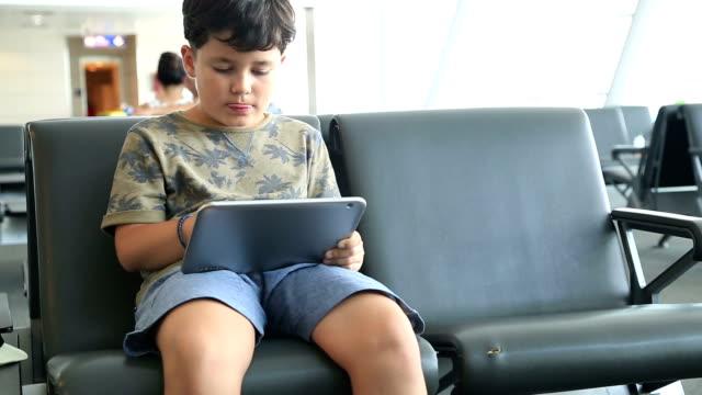 bambino utilizzando ipad - solo un bambino maschio video stock e b–roll