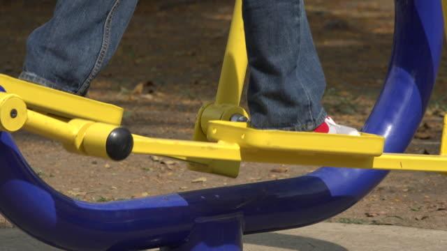 bambino con una macchina per lo passo - arto inferiore animale video stock e b–roll